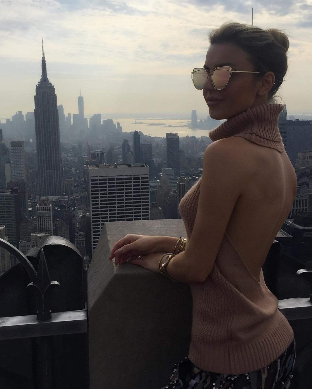 Девушка на работе за границей